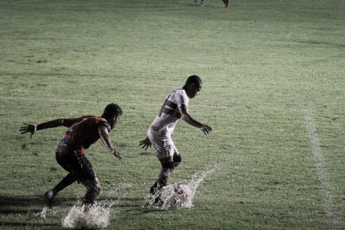 Debaixo de chuva, Santa Cruz empata com Flamengo de Arcoverde e segue mal no Pernambucano