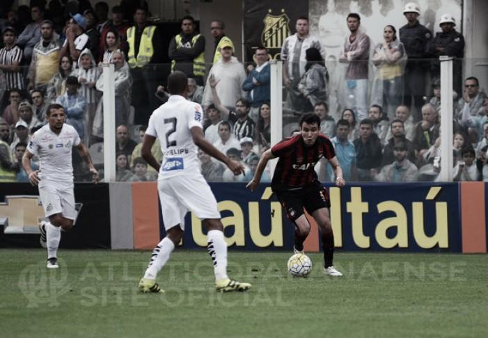 No retorno de Ricardo Oliveira, Santos derrota Atlético-PR e garante manutenção no G-4