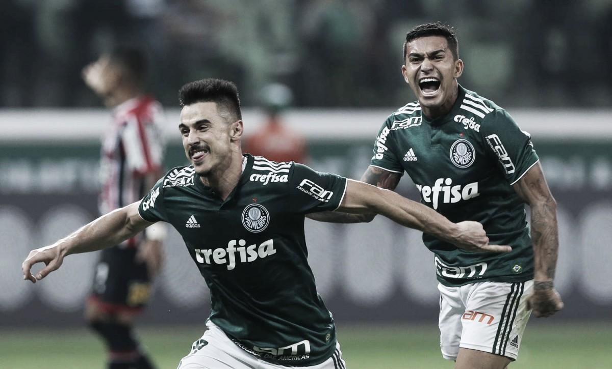 Em partida com tempos distintos, Palmeiras vence São Paulo de virada e volta ao G-6