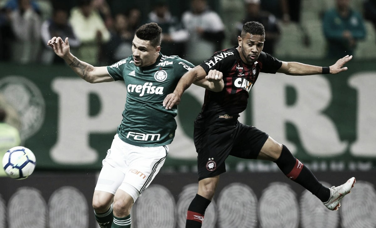 Palmeiras bate Atlético-PR e gruda nos líderes do Brasileirão