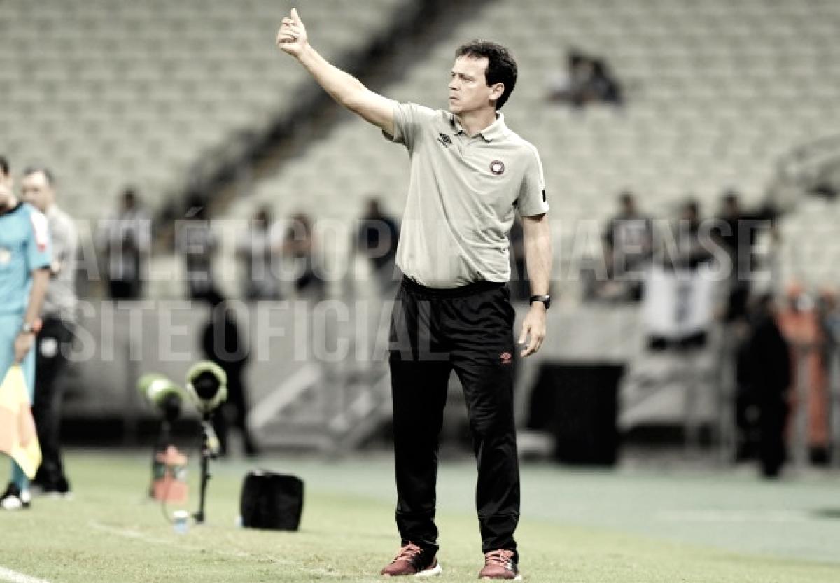 """Fernando Diniz valoriza superação do Atlético-PR: """"Jogamos praticamente com nove"""""""
