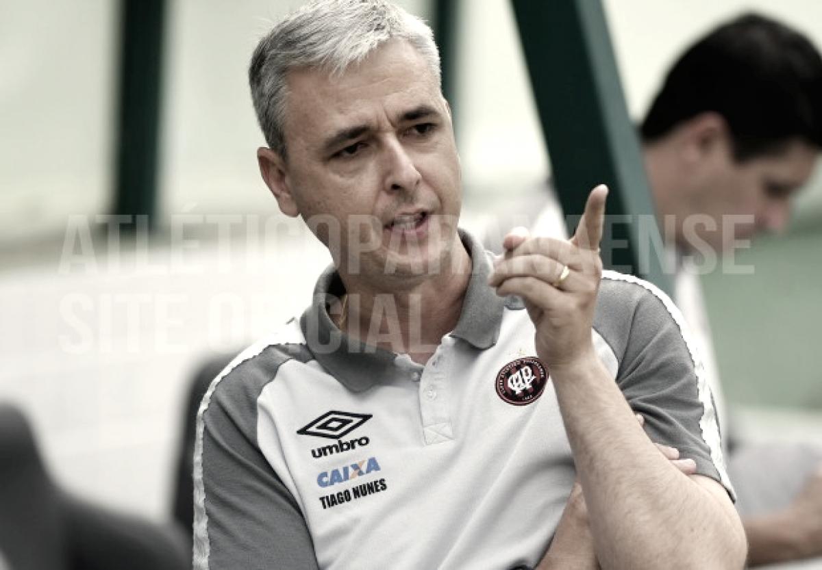 """Tiago Nunes lamenta derrota, mas ressalta desempenho: """"Muito satisfeito com a nossa equipe"""""""