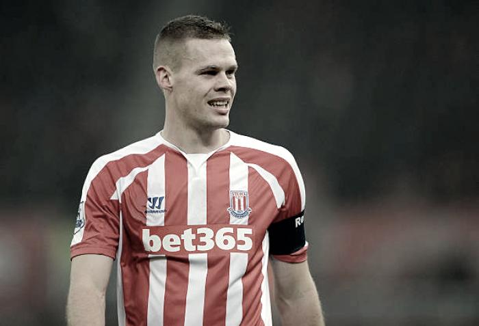 Diretor-executivo do Stoke City espera concretizar renovação com capitão Shawcross