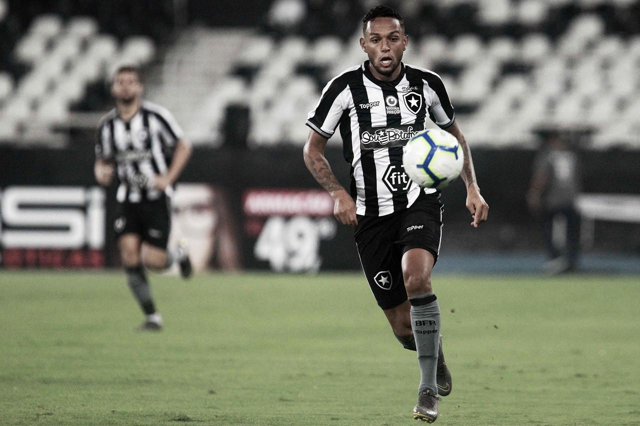 """Um dos destaques na vitória contra o Bahia, Gilson é elogiado por Barroca: """"Fez grande partida"""""""