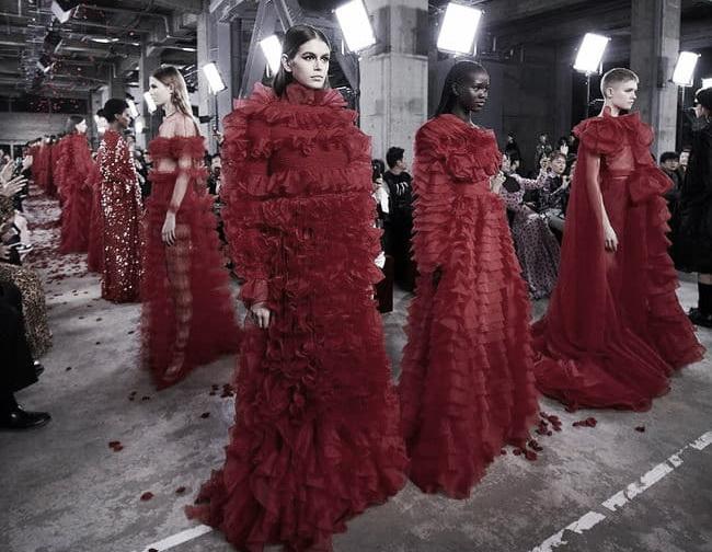 Valentino presenta su rojo más masculino.