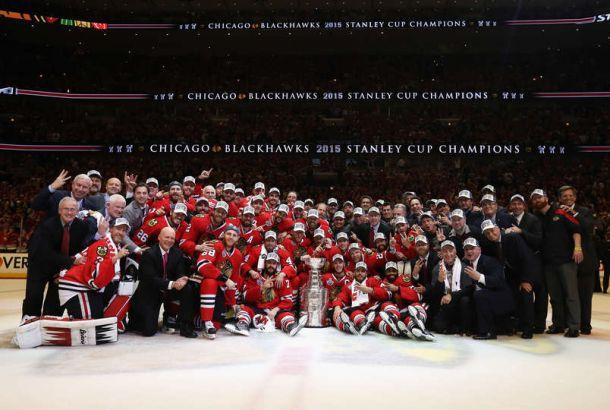 Los Blackhawks levantan la Stanley Cup en casa 77 años después
