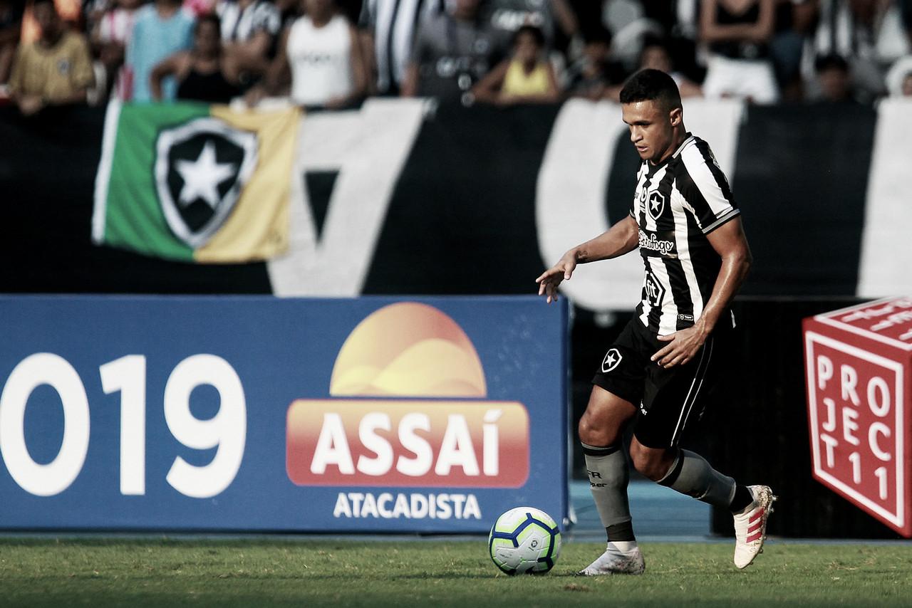 """Erik comemora vitória do Botafogo e rasga elogios a Alex Santana: """"Tem muito potencial"""""""