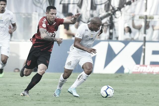 Sánchez marca de pênalti, e Santos busca empate contra reservas do Athletico-PR