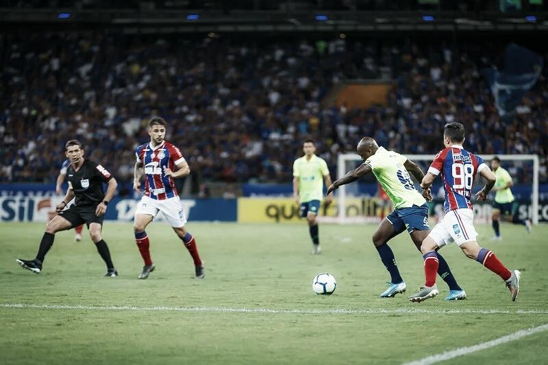 Cruzeiro sai atrás, mas busca empate contra Bahia com um a menos