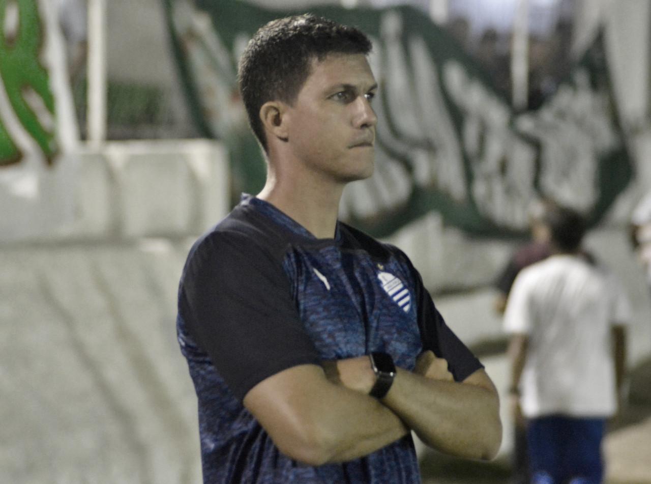 Cercado de cobranças e muita pressão, técnico Maurício Barbieri é demitido pelo CSA