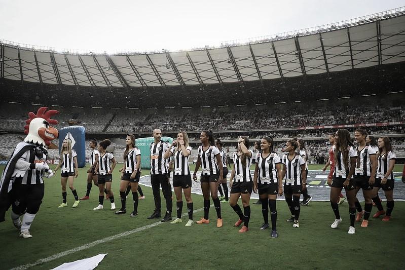 Mascote do Atlético tem atitude machista em apresentação de jogadoras e funcionário é afastado