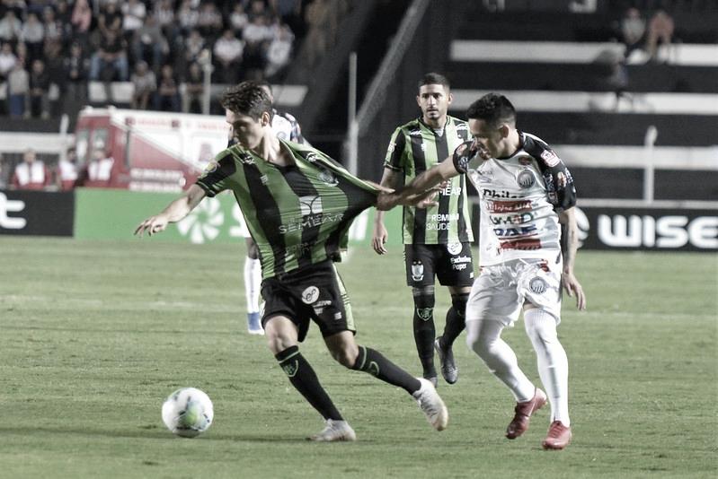 Fantasma e Coelho em duelo pela Copa do Brasil (Foto: Estevão Germano/América-MG)