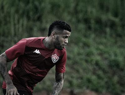 Léo comenta ansiedade para reestrear no Vitória e torce por excelente trabalho quando futebol retornar
