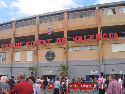 Un centenar de aficionados homenajean a Preciado en el Ciutat de València
