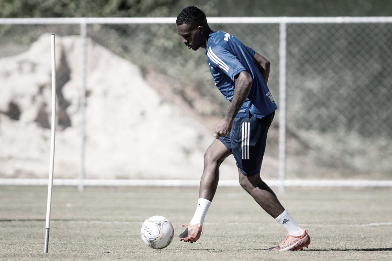 Em horários distintos, atletas do Cruzeiro realizam treinos com bola
