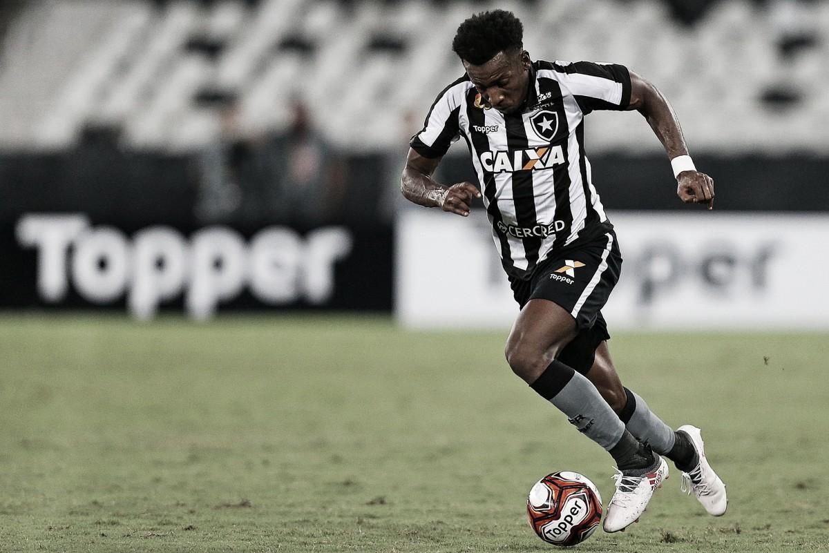 """Após boa atuação, Moisés visa evolução no Botafogo: """"Tendência é sempre melhorar"""""""