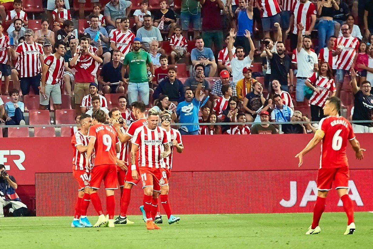 <div>Los jugadores felicitan a Stuani, mientras Granell y varios aficionados protestan por la revisión del gol.</div>Foto realizada por LaLiga.<div><br></div>