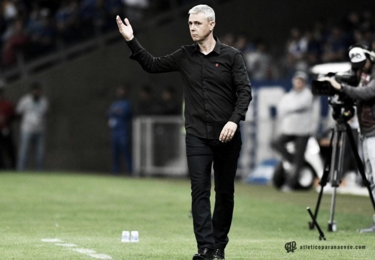 "Mesmo eliminado, Tiago Nunes elogia desempenho do Atlético-PR: ""Fomos consistentes"""