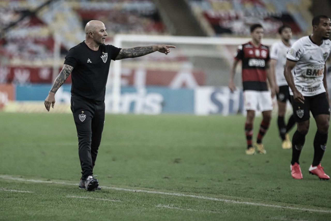 """Sampaoli valoriza triunfo, porém acredita em evolução do Atlético-MG: """"Temos alguns inconvenientes"""""""