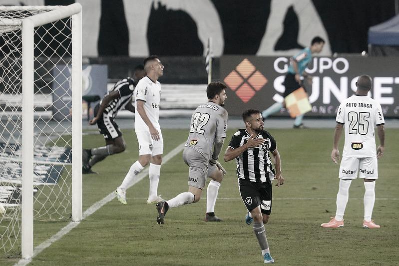 Botafogo segura embalo do Atlético-MG, faz dois e vence a primeira no Brasileirão