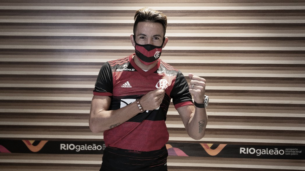 VÍDEO: Mauricio Isla desembarca no Rio já com a camisa do Flamengo