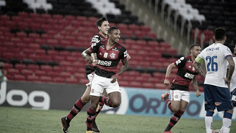 Polêmica, sete gols e dois cartões vermelhos: Flamengo derrota Bahia no Rio