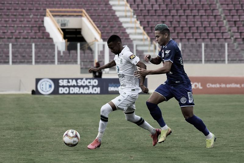 Ademir disputa a bola com Reis (Foto: Estevão Germano/América-MG)