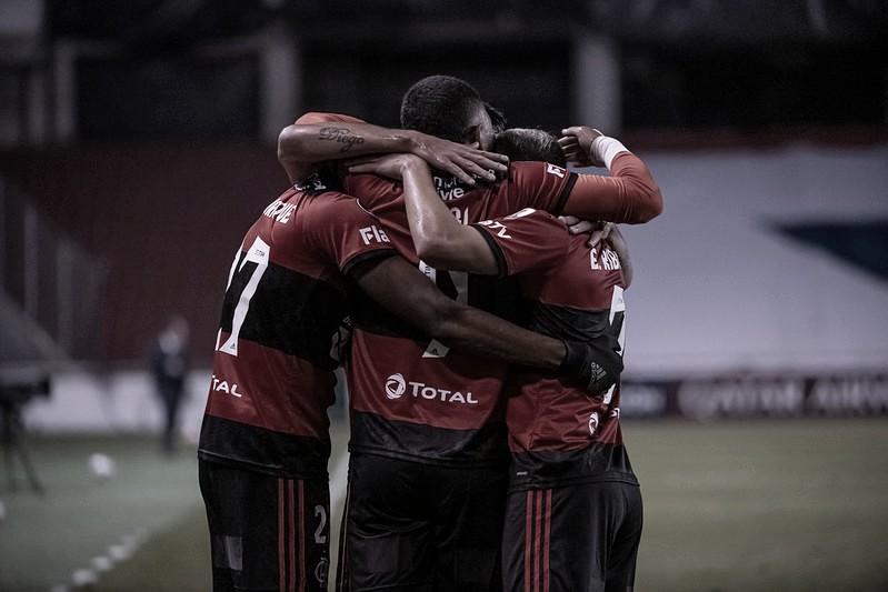 Gabigol marca duas vezes, e Flamengo vence LDU no sufoco pela Libertadores