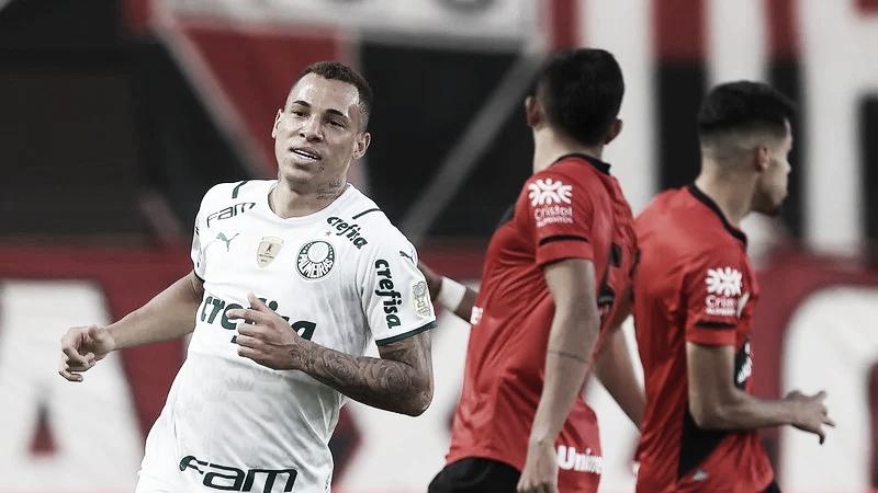 Com gols no fim, Palmeiras bate Atlético-GO e se mantém na liderança do Brasileirão