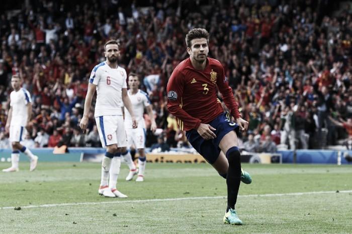 Espanha sofre, mas Piqué marca no fim e dá vitória sobre República Tcheca