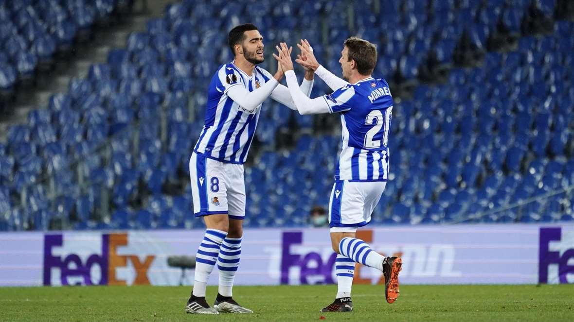 Mikel Merino y Nacho Monreal celebran el empate a dos frente al Rijeka. Real Sociedad