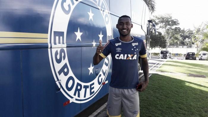 Jovem zagueiro Arthur assina primeiro contrato profissional com o Cruzeiro