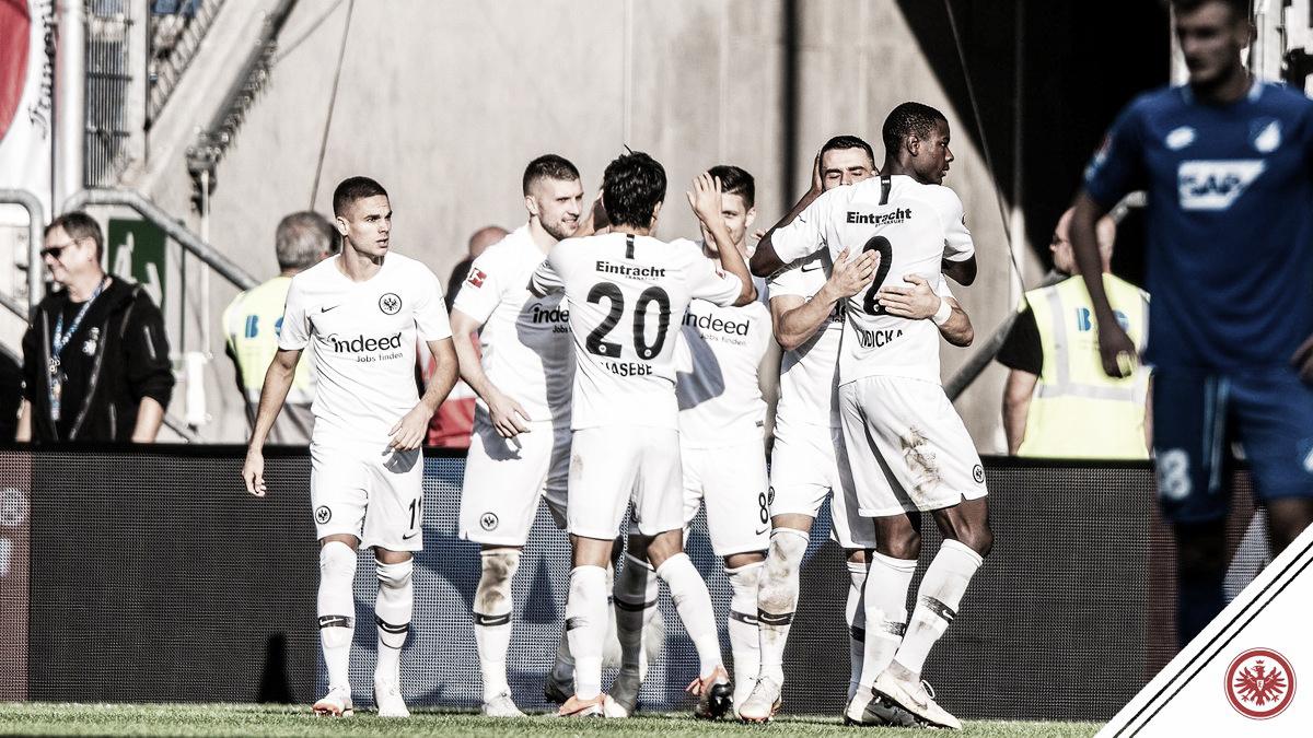 Com um a menos, Eintracht Frankfurt vence Hoffenheim fora de casa