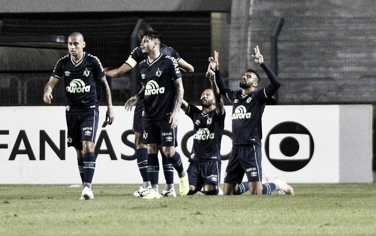 Chapecoense surpreende Santos no Pacaembu e volta a vencer fora de casa após 20 jogos
