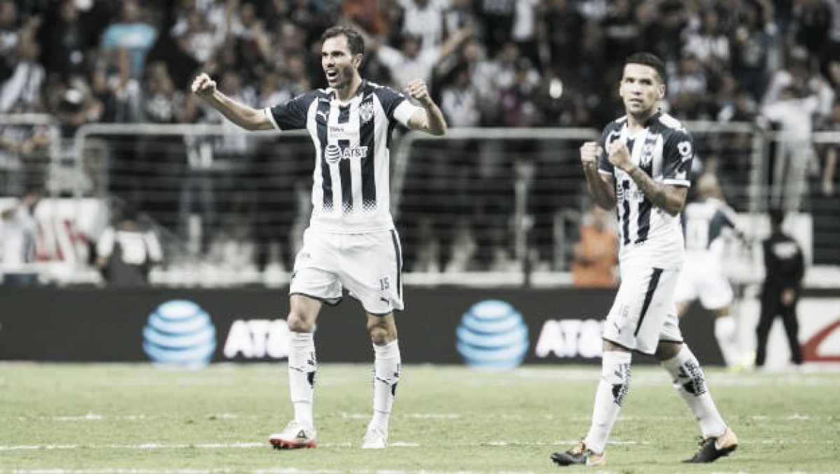En polémico arbitraje, Rayados venció a Pumas y acecha Liguilla