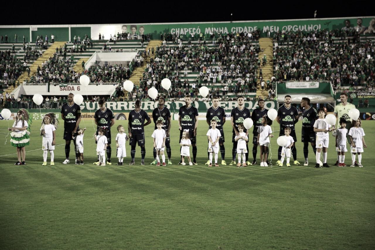 Com homenagens a Rafael Henzel, Chapecoense vence Criciúma pela Copa do Brasil