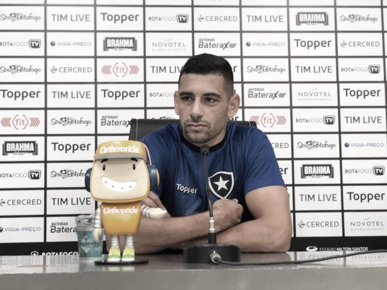 Diego Souza valoriza período sem jogos para melhorar fisicamente e diz que pressão sobre Zé é injusta