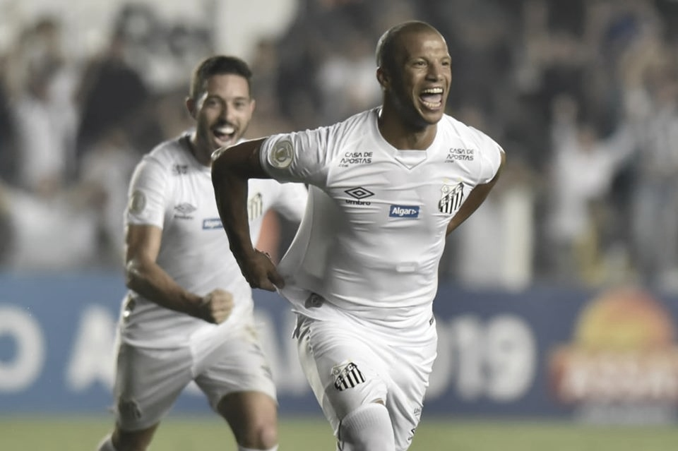 Santos domina Atlético-MG, vence e chega à vice-liderança