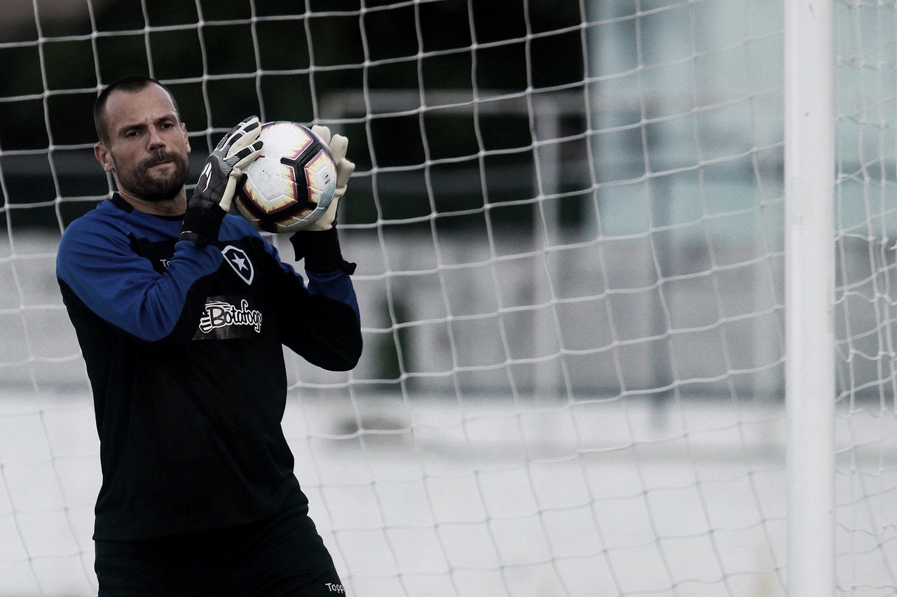 """Substituto de Gatito, Cavalieri recebe elogios de Barroca: """"Cara extremamente profissional"""""""