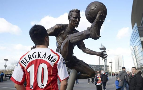 Arsenal inaugura estátua para Dennis Bergkamp