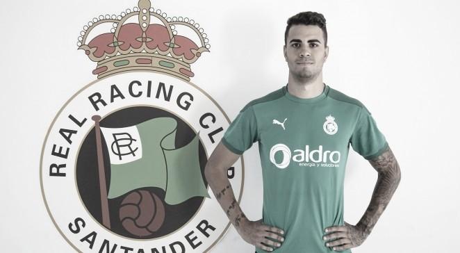 Nico Santos posa con el escudo. Fotografía: Real Racing Club