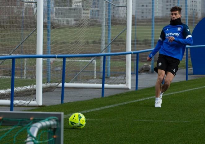 Pere Pons realizó parte del entrenamiento con el resto de sus compañeros | Fuente: www.deportivoalaves.com