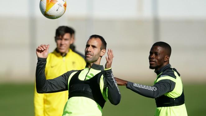 Víctor Díaz y Azeez en el entrenamiento | Foto: Pepe Villoslada / Granada CF