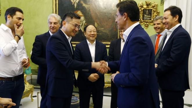 El presidente del Granada CF se reúne con el alcalde Luis Salvador
