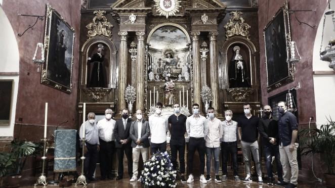 Los capitanes del Málaga cumplen con su ofrenda floral