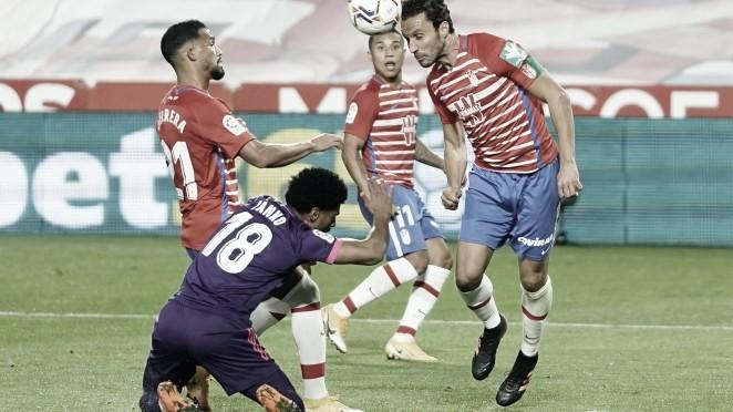 Germán despeja un balón en el partido contra el Valladolid | Foto: Pepe Villoslada / Granada CF
