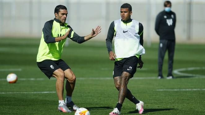 Molina y Kenedy en el entrenamiento del Granada CF | Foto: Pepe Villoslada / Granada CF