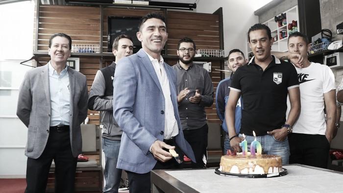 Sinha celebra cumpleaños con sabor a despedida