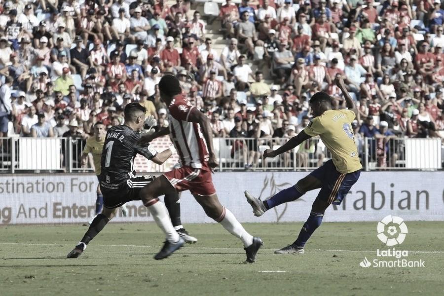 El Cádiz desarma al Almería y se encuentra con la victoria