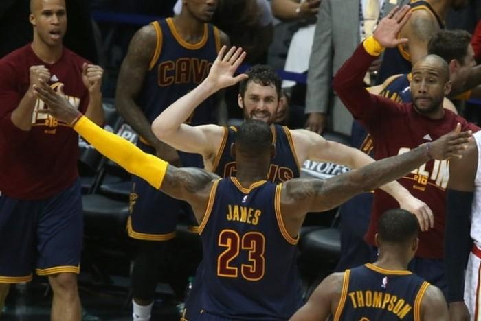 LeBron e Irving in versione deluxe spediscono Cleveland alle Finals: Raptors estinti (87-113)